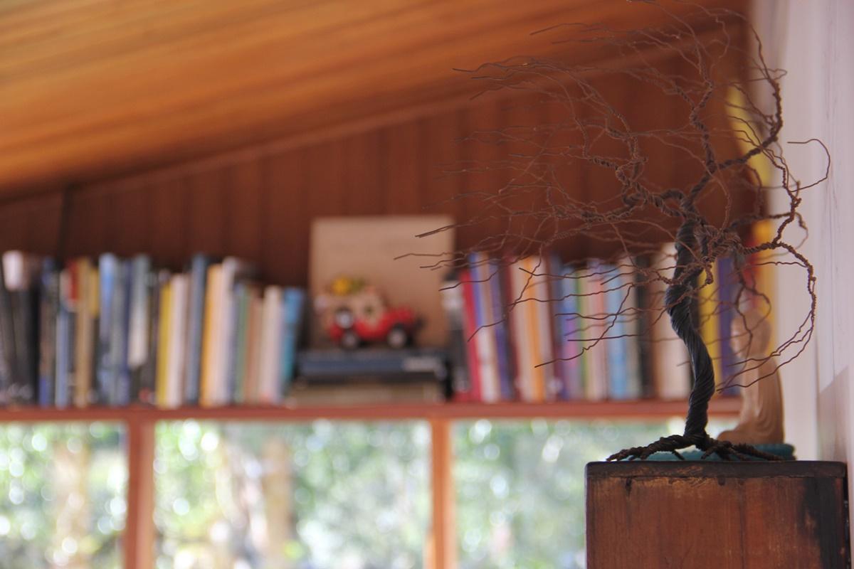 Decoração de livros e detalhes. Foto: André Schetino