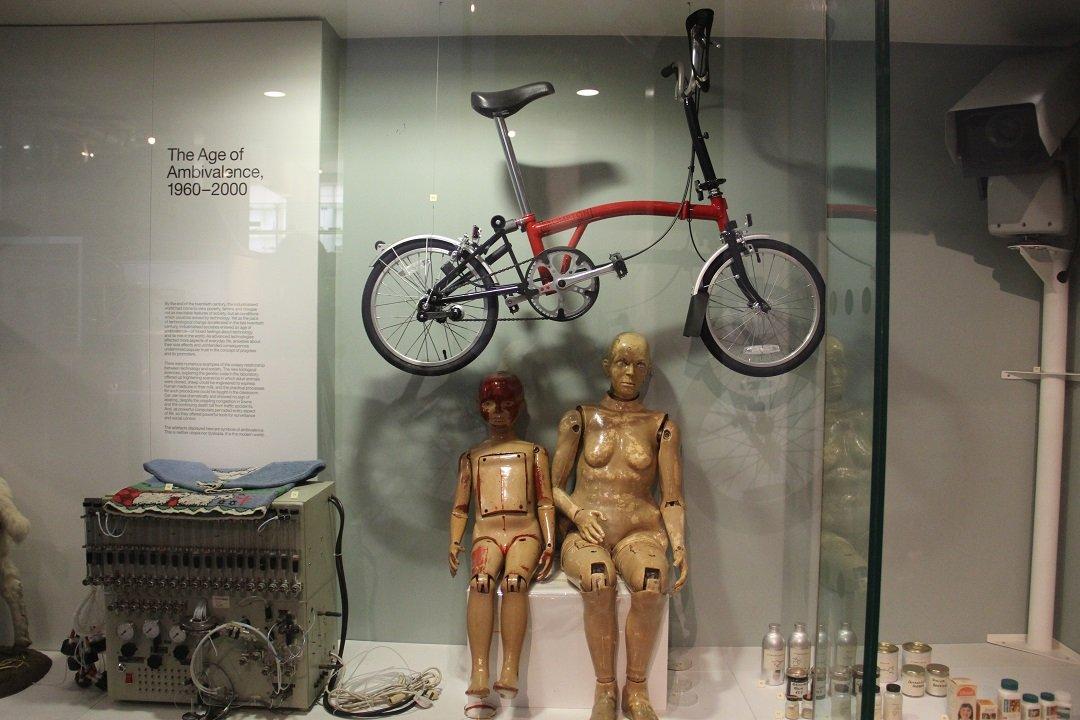 Bicicleta dobrável Brompton, de 2000, no museu da ciência em Londres.