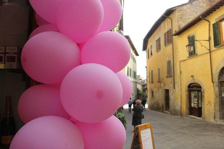 """Os comerciantes enfeitam a cidade de rosa, cor do Giro d""""Italia"""