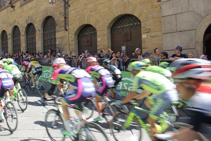 Pelotão acelera para a chegada do Giro em Arezzo