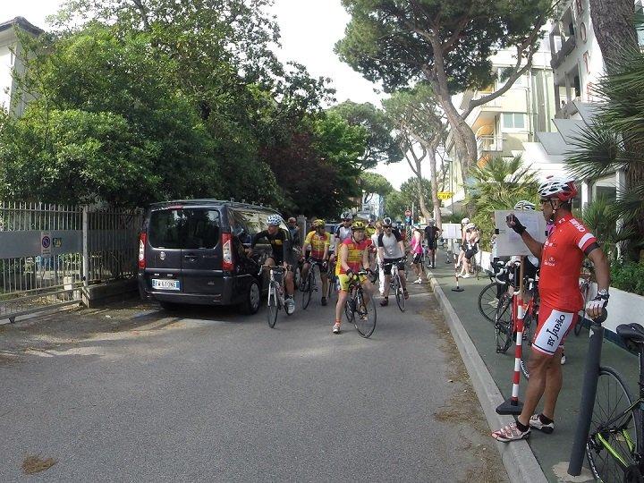 A saída do Grupo Expresso do Hotel Gambrinus. A esquerda, de preto, o guia Stefano. Foto: André Schetino