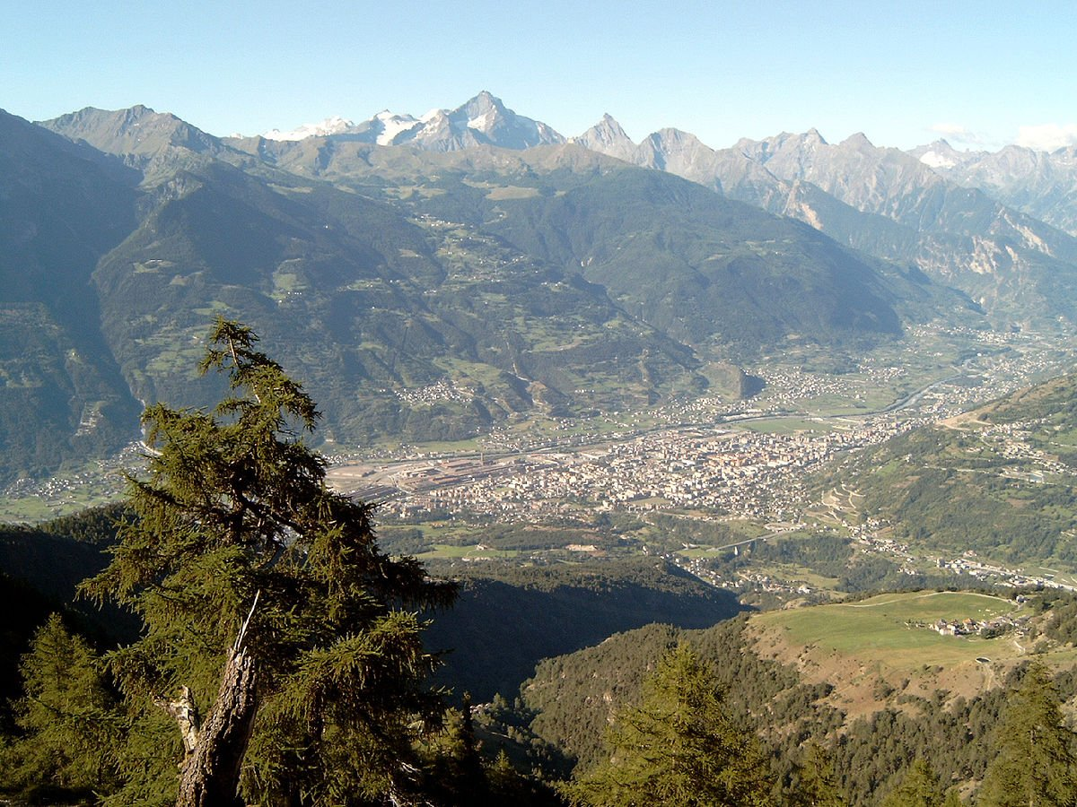 Situada entre as montanhas, a cidade de Aosta. CC BY-SA 3.0, https://commons.wikimedia.org/w/index.php?curid=1312