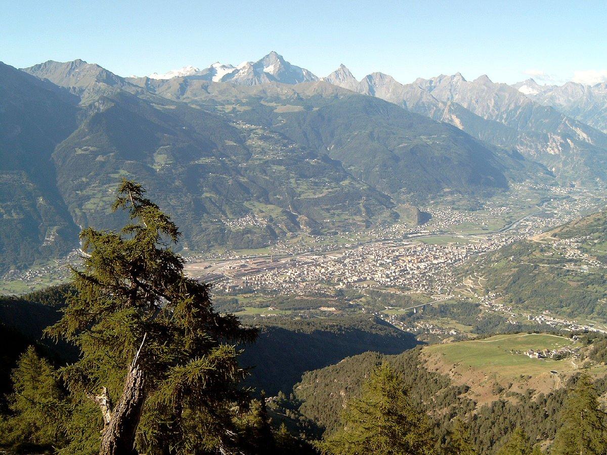 Situada entre as montanhas, a cidade de Aosta. CC BY-SA 3.0, https://commons.wikimedia.org/w/index.php?curid=1312