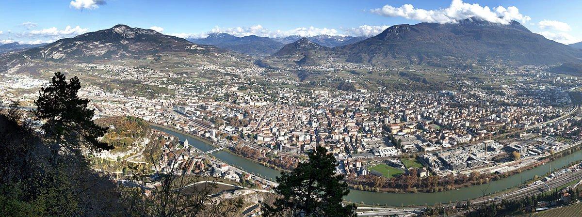Panorama de Trento - Por Franco Visintainer - Obra do próprio, CC BY-SA 3.0, https://commons.wikimedia.org/w/index.php?curid=12025347