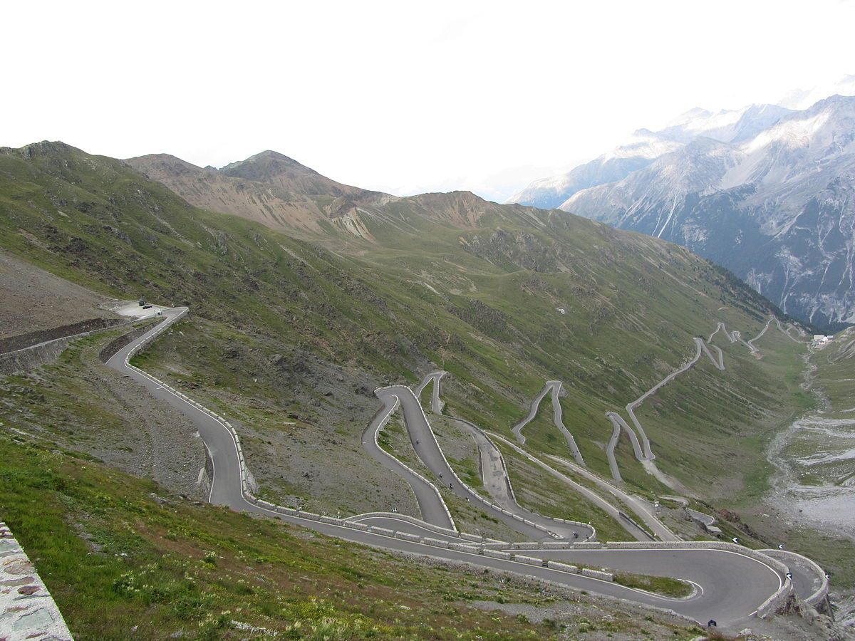Algumas das 48 curvas que escalam o Paaso do Stelvio, em ***. By Amcs1983 - Own work, CC BY-SA 3.0, https://commons.wikimedia.org/w/index.php?curid=21164962
