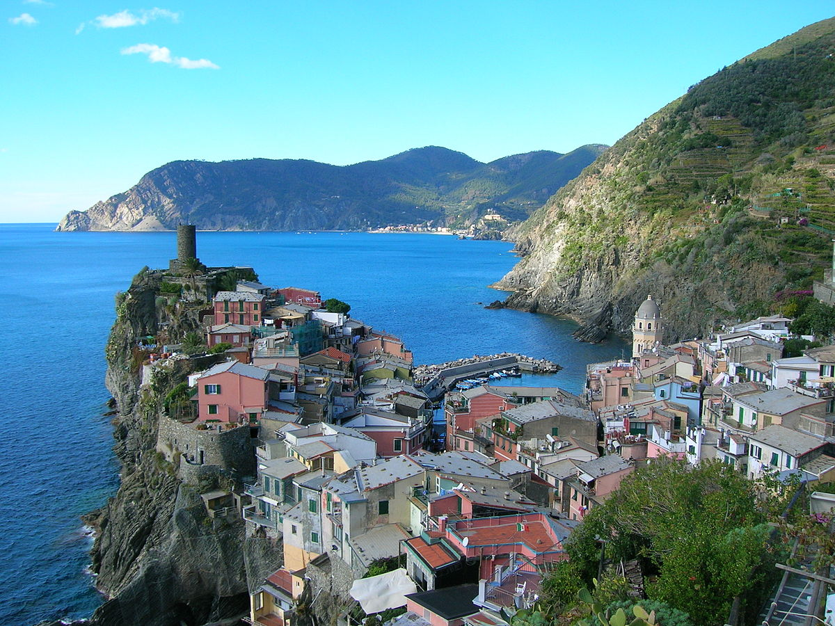 Vernazza, uma das cidades marítimas que fazem parte de Cinque Terre - Por AnticheSere - self-work, GFDL, https://commons.wikimedia.org/w/index.php?curid=3168001