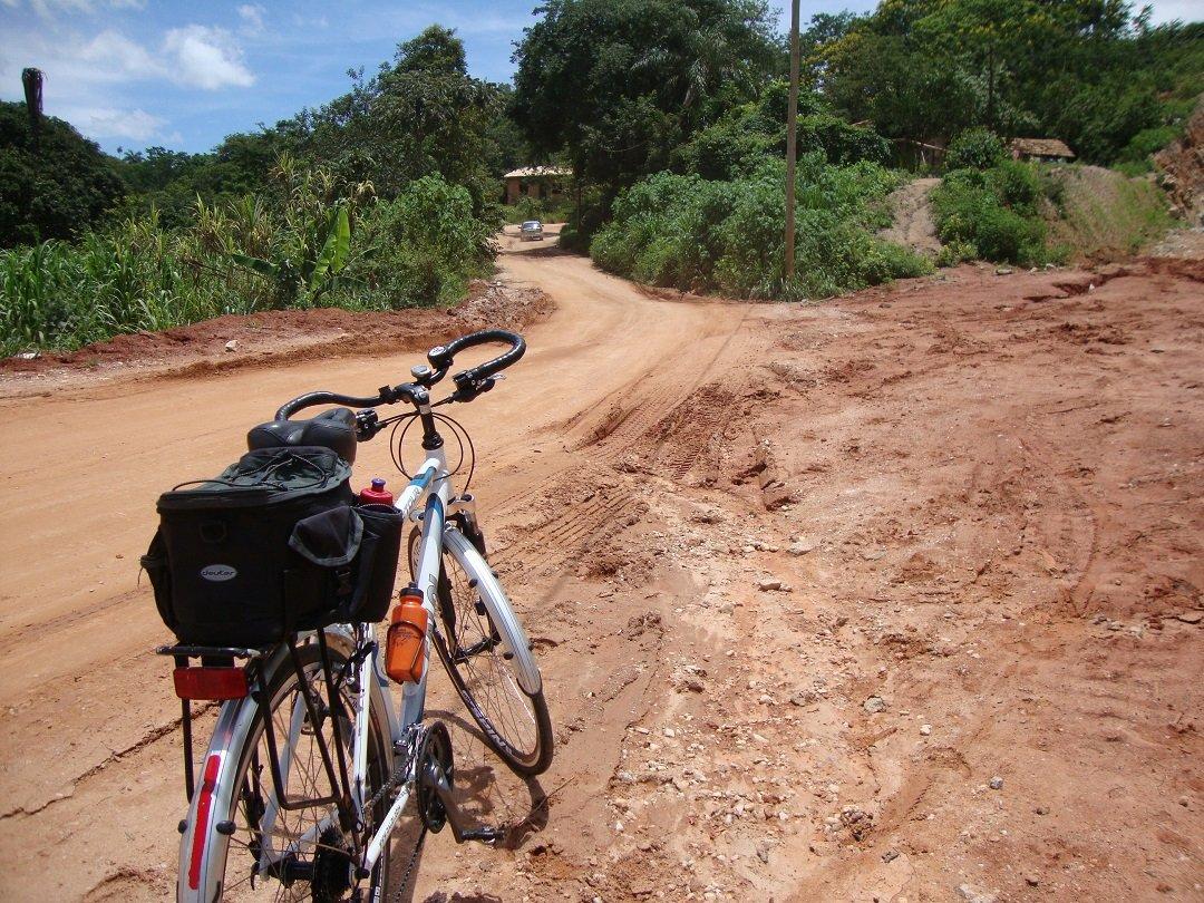 O Pneu Specialized All Condition Armadillo experimentando estradas de terra...