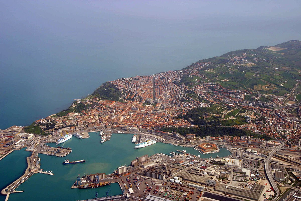 Panorama de Ancona. CC BY-SA 2.5 it, https://commons.wikimedia.org/w/index.php?curid=925188
