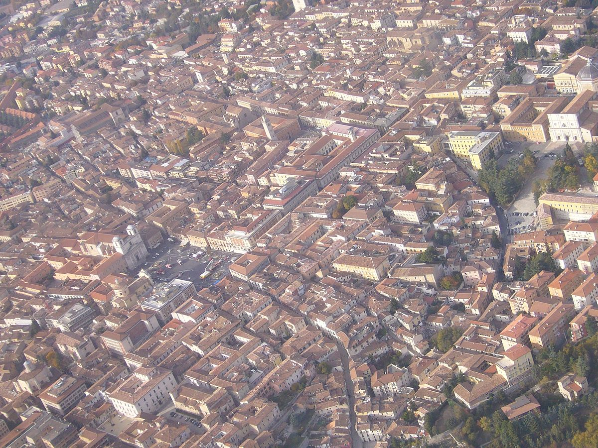 Vista aérea do centro de Áquila. Di LIAP - Opera propria, CC BY 3.0, https://commons.wikimedia.org/w/index.php?curid=5676279