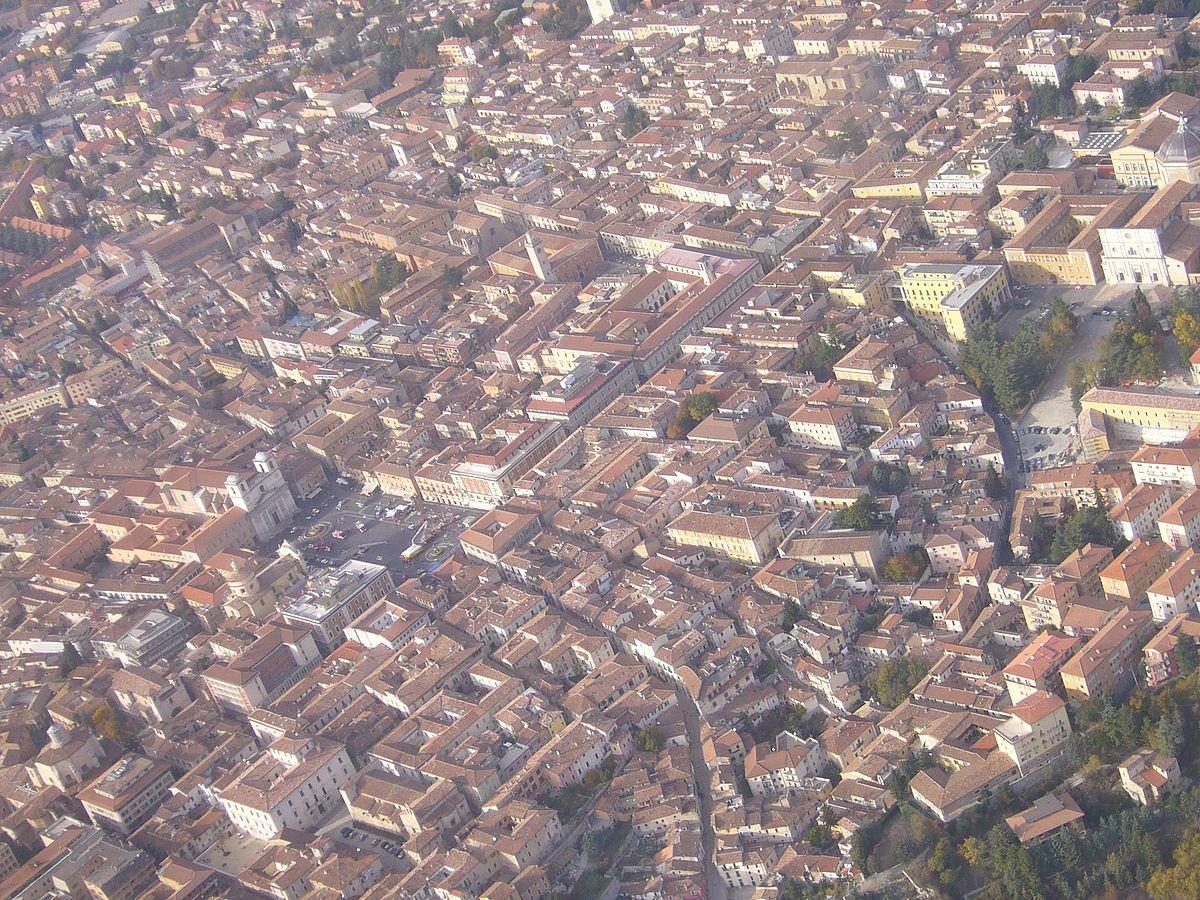 Vista aérea do centro de Áquila. Di LIAP - Opera propria, CC BY 3.0, https://commons.wikimedia.org/w/index.php?curid=5676279