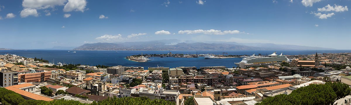 Messina. Di Jeroen P from The New Forest, United Kingdom (Great Britain) - Messina Strait, CC BY 2.0, https://commons.wikimedia.org/w/index.php?curid=24535816