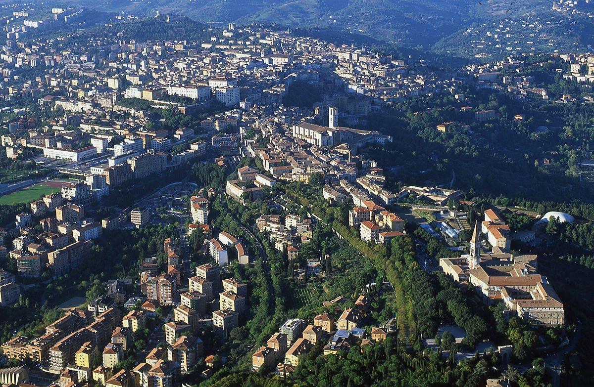 Foto aérea do centro histórico de Perugia. Di Fabio Tiberi - Opera propria, CC BY-SA 3.0, https://commons.wikimedia.org/w/index.php?curid=28739646
