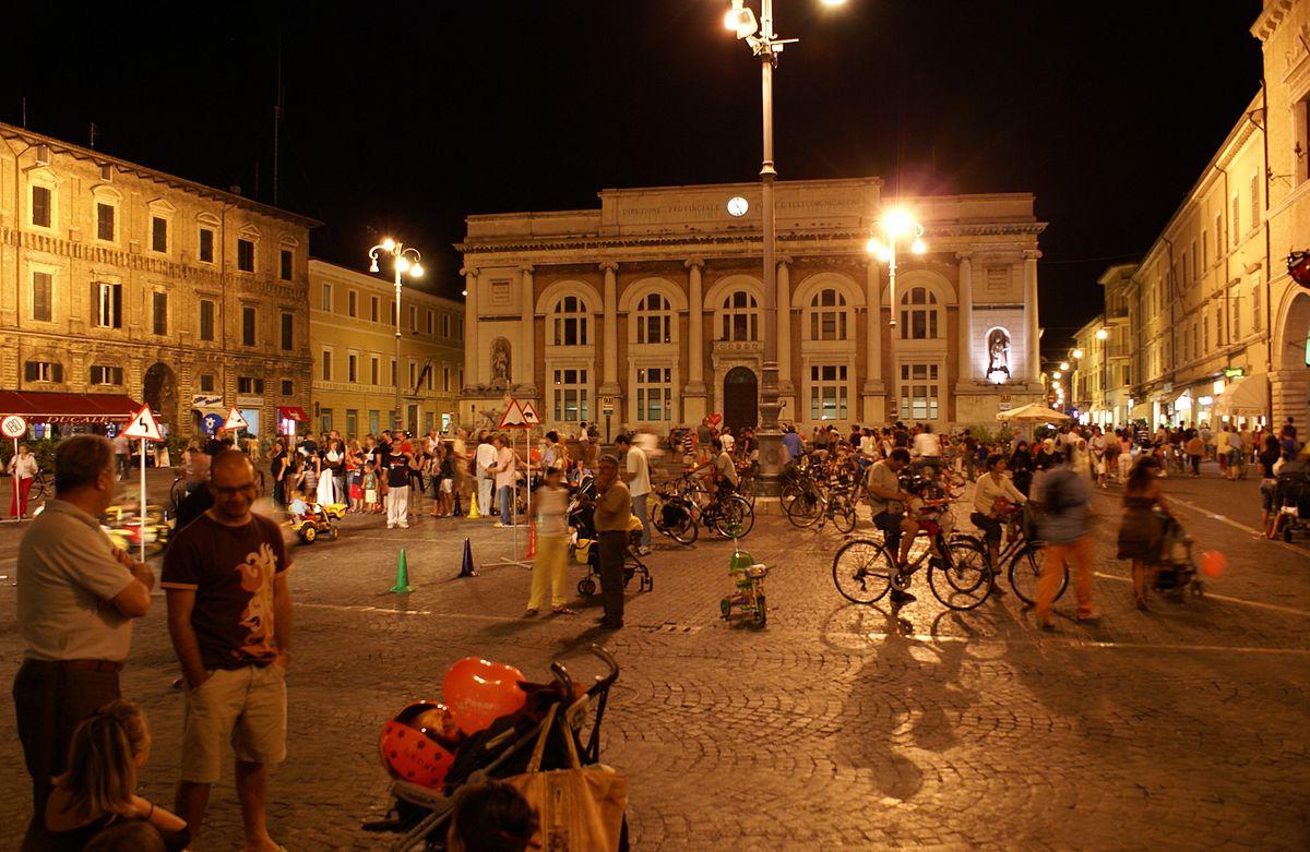 Piazza del Popolo, em Pesaro. Di Florian Prischl - Opera propria, CC BY-SA 3.0, https://commons.wikimedia.org/w/index.php?curid=2607360