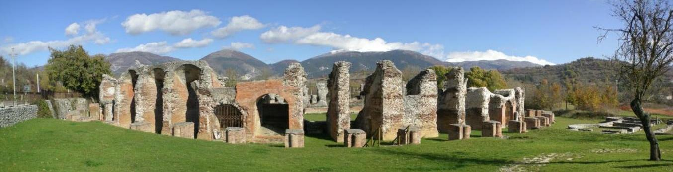 Anfiteatro romano de Amiternum, próximo a Àquila. Di Lasacrasillaba - Opera propria, Pubblico dominio, https://commons.wikimedia.org/w/index.php?curid=8373472