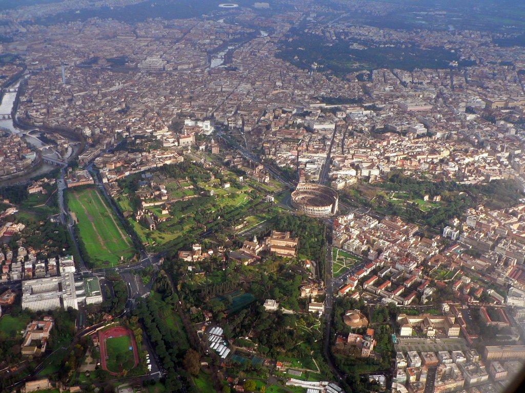 Vista aérea do centro de Roma, com o Coliseu ao centro. Di Oliver-Bonjoch - Opera propria, CC BY-SA 3.0, https://commons.wikimedia.org/w/index.php?curid=4943243