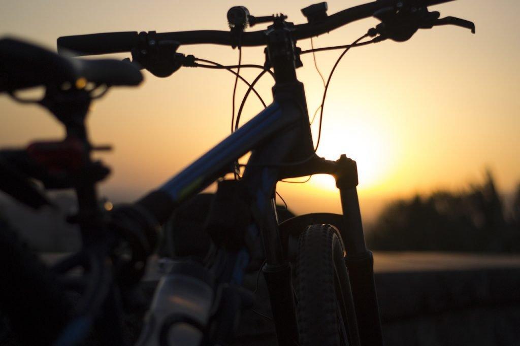 bicicleta no pôr do sol