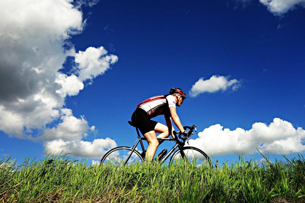 ciclista em pedal regenerativo