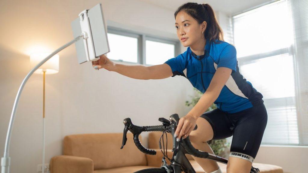 mulher praticando ciclismo indoor
