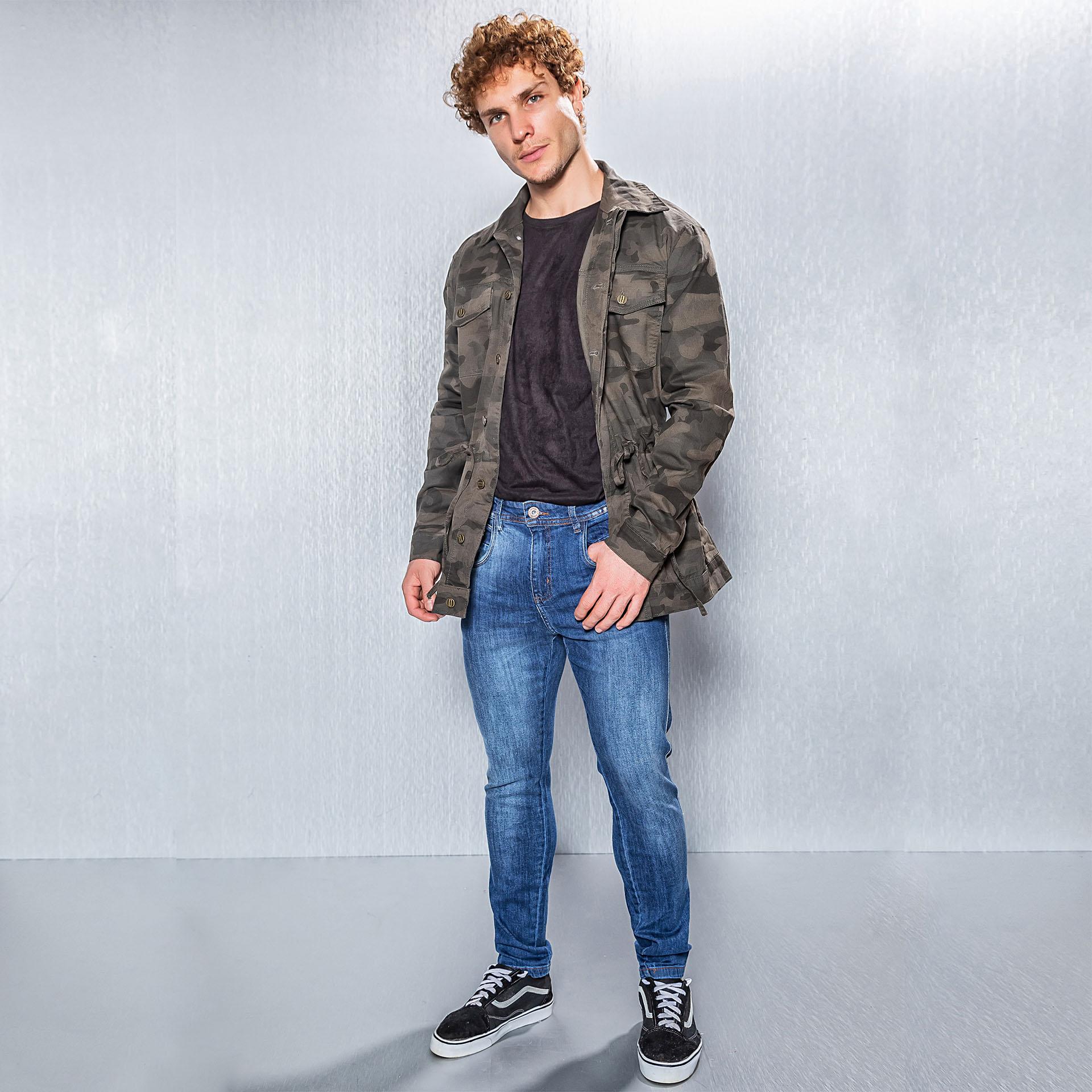 Parka Camuflada e Calça Jeans