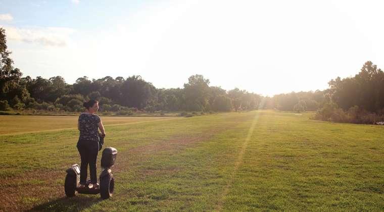 Coisa passeando de Segway na pista de pouso de Danville