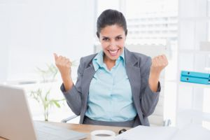 Happy Businesswoman With Raised Arms 13339 220756 - Laboratório de Blog UX