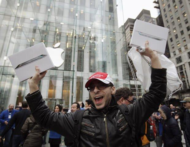 Felicidade do homem após comprar um iphone