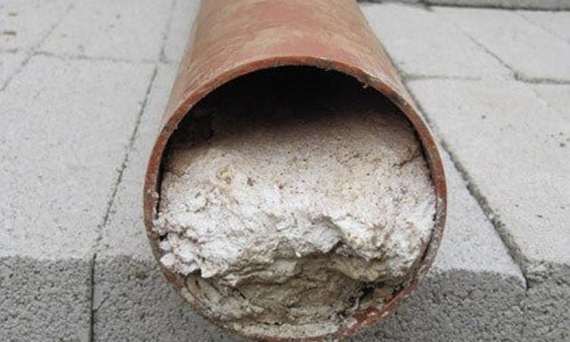 desentupir cano de esgoto com cimento