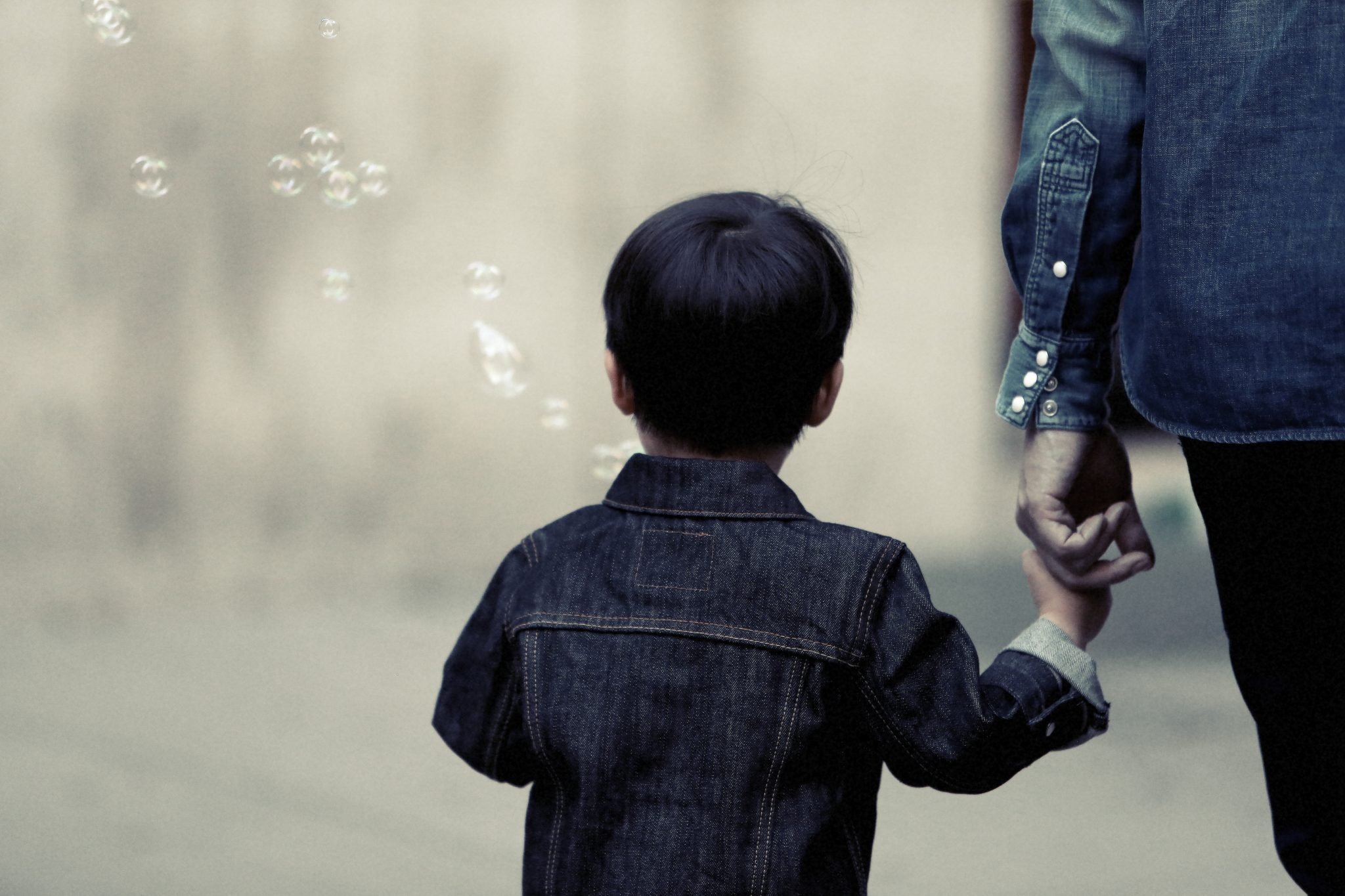 guarda filhos criança mãe mãos dadas