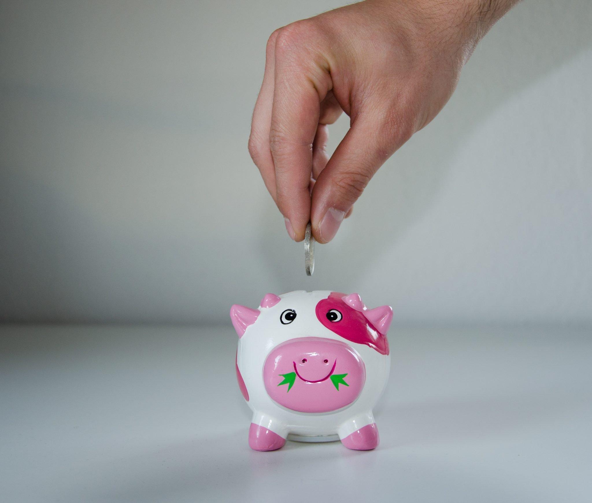 cumprimento de sentença alimentos pensão alimentícia atraso débito cofrinho porco mão moeda dívida