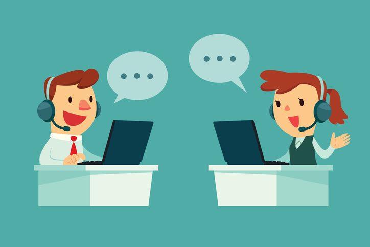 Atendentes conversando com clientes pelo notebook. Agilidade é uma das dicas de sac 2.0