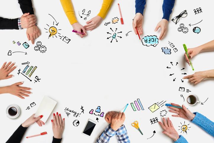 Foto de mãos na mesa sugerindo mudanças. Exemplos de dicas para sac 2.0