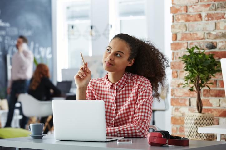 Foto de uma analista de marketing pensando para responder o consumidor. Calma é uma das dicas para SAC 2.0