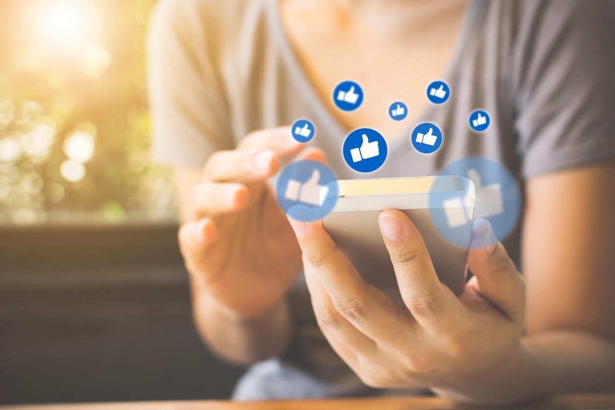 Imagem que retrata diversos likes saindo do celular, representando o engajamento dos melhores influenciadores digitais