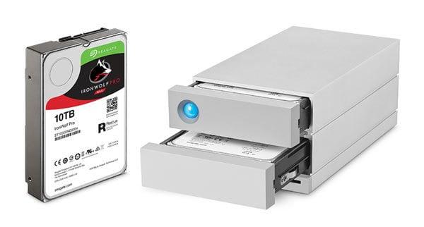 /></td><td>Projetado por um profissional com mente criativa, o LaCie 2big Dock possui unidades Seagate ® IronWolf ™ Pro e otimização RAID para gerenciamento e confiabilidade de energia superiores.<br /> <b><i><br /> </i></b>Graças ao LaCie RAID Manager, você pode monitorar facilmente o desempenho do seu sistema com alertas sonoros e alertas por e-mail em caso de falha e eventos de aviso.</td></tr></tbody></table><p><b><br /> Especificações:<br /> Suportes de dados para armazenamento interno :<br /> </b>2 x discos rígidos 7200-RPM Seagate IronWolf ® Pro disco rígido de classe empresarial.<br /> <b><br /> Interface:<br /> </b>• 2 × Thunderbolt 3<br /> • 1 × USB 3.1<br /> • 1 × DisplayPort<br /> • 1 × USB 3.0 (tipo A)<br /> • 1 × cartão SD<br /> • 1 × cartão CF</p><p><b>Compatibilidade:<br /> </b>• Thunderbolt 3<br /> • Thunderbolt<br /> • Thunderbolt 2<br /> • USB-C<br /> • USB 3.0</p><p><b>Capacidade:</b><br /> • 12 TB</p><p><b>Tipo de Armazenamento:<br /> </b>• HDD (classe empresarial)</p><p><b>Velocidade Max.:<br /> </b>• 440MB / s</p><p><b>Tamanho: (C x A x L)</b><br /> • 21,7 x9,33 x 11,8</p><p><b>Peso:</b><br /> • 2,9 Kg</p><p><b>Requisitos de Sistema:<br /> </b>• Computador com porta Thunderbolt, Thunderbolt 3, Thunderbolt 2 (usando o Apple Thunderbolt 2 adaptador, vendido separadamente), USB-C, USB 3.0 ou USB 2.0<br /> •<b>Thunderbolt 3:</b>Mac® OS X 10.12 ou superior / Windows 10 ou superior<br /> •<b>USB 3.1</b>última versão do Mac OS 10.9 ou superior / última versão do Windows 8 ou superior<br /> •<b>USB 3.0:</b>Mac OS X 10.6 ou superior/ Windows 7, Windows 8<br /> • Espaço livre mínimo no disco: 600 MB (recomendado)<br /> <b><br /> Programas<br /> </b>Intego ® Backup Manager Pro para Mac<br /> Genie ® Manager Pro Backup para PC<br /> LaCie RAID Manager (fornece monitoramento e-mails de alertas de sistema para eventos de temperatura ou RAID)</p><p><b>Acompanha:</b><br /> • LaCie 2big Dock Thunderbolt 3<br /> • Cabo Thunderbolt 3 (compatível com USB-C)<br />