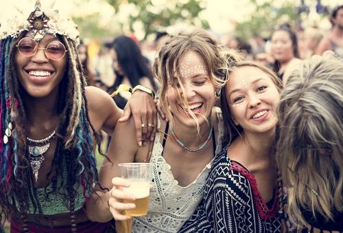 mulheres em festival de música