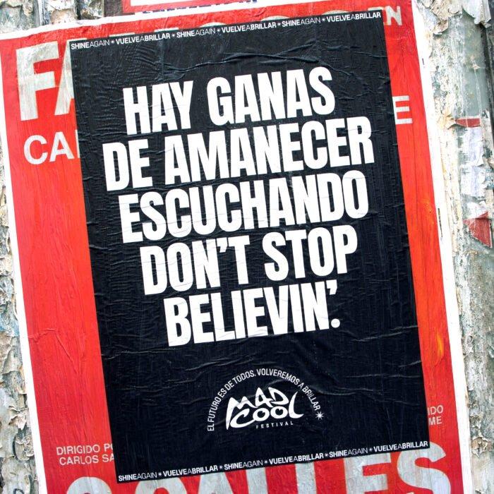 cartaz do mad cool para festivais com a frase vontade de amanhecer escutando don't stop believin'