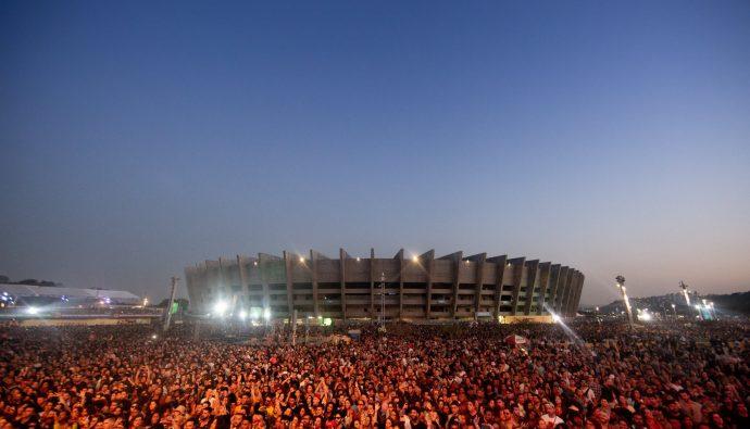 festivais de bh festival sarara com publico e mineirão ao fundo