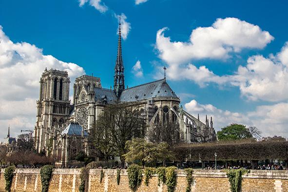 Ali também se tem o MELHOR visual da Notre-Dame de Paris!