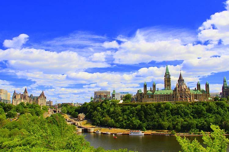 Pela foto dá pra garantir que a visita ao Parliament Hill vale mesmo a pena, não? © Adobe Stock - misterbike