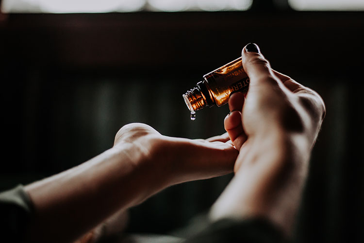 Remédios para viagem: o que levar na farmacinha de viagem? - Photo by Christin Hume on Unsplash.
