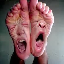 cada um sabe onde lhe aperta o sapato em inglês
