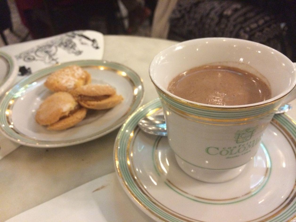 Chocolate quente (eu sou a louca do chocolate quente, hihi) e biscoitos casadinhos. Tudo muito gostoso! E essa louça, que amor!