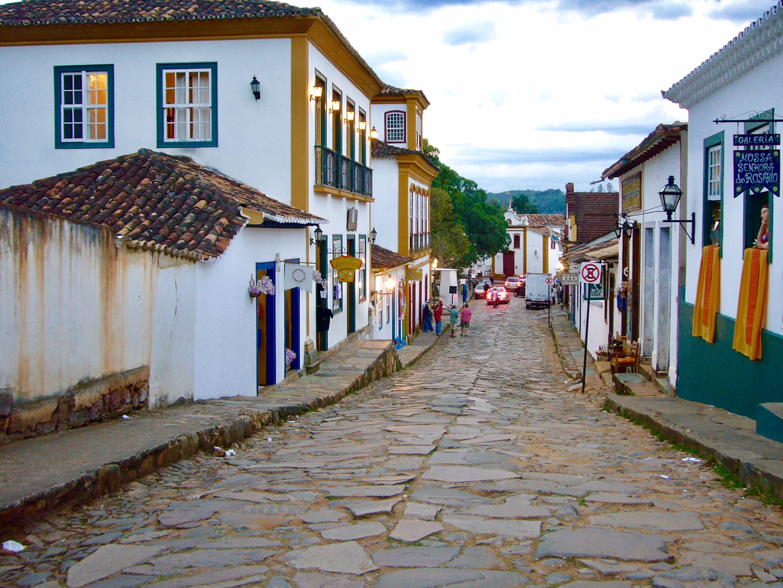 Estrada de pedras e casarões em estilo colonial