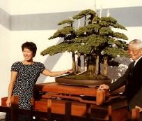John Naka e sua neta ao lado do seu Goshin