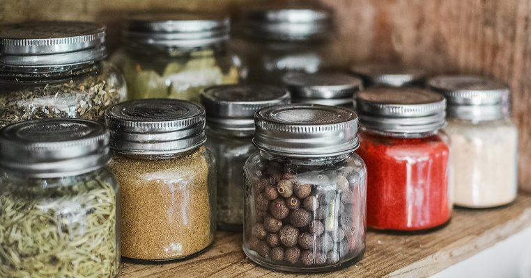 Como organizar armário de cozinha - Organizar Transforma