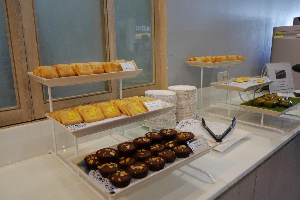 Buffet de comidas típicas na sala vip da Bangkok Airways