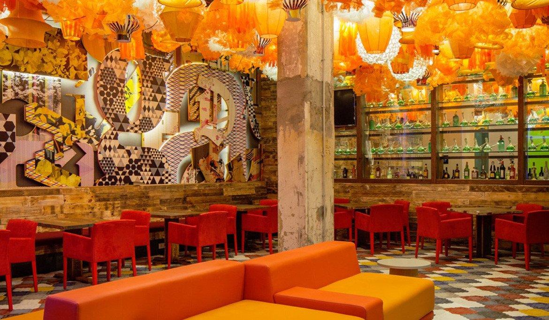 Restaurante com decoração colorida do Generator Hostel, em Barcelona