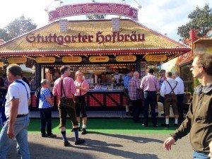 Oktoberfest de Stuttgart com cerveja e roupas típicas, o Dirdnl
