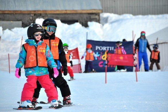 Aula de esqui para crianças, em Portillo, no Chile