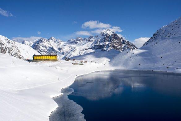 Estação de esqui e hotel de Portillo com montanhas e lago